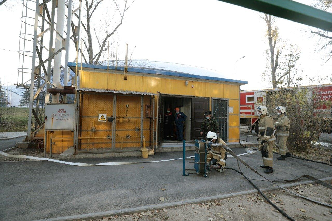 """Пожарный устанавливает теплообменник, подключается к """"аварийной"""" котельной жилого дома"""