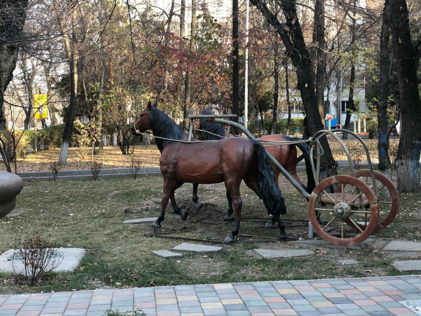 Реконструкцию колесницы эпохи бронзы установили по улице Кабанбай батыра в Алматы, фото-1