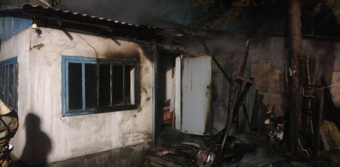 В ходе тушения пожара из горящего дома были вынесены 2 газовых баллона, ДЧС Алматинской области