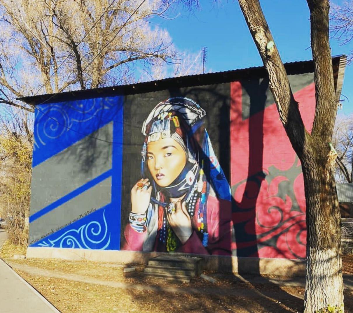 В Алматы появился мурал с портретом женщины в этнической тюркской одежде, фото-1
