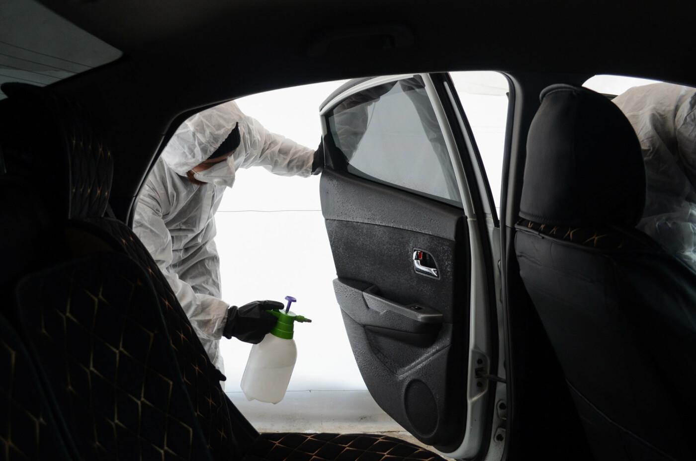 Как дезинфицируют машины, выполняющие заказы сервиса Яндекс.Такси в Алматы, фото-4