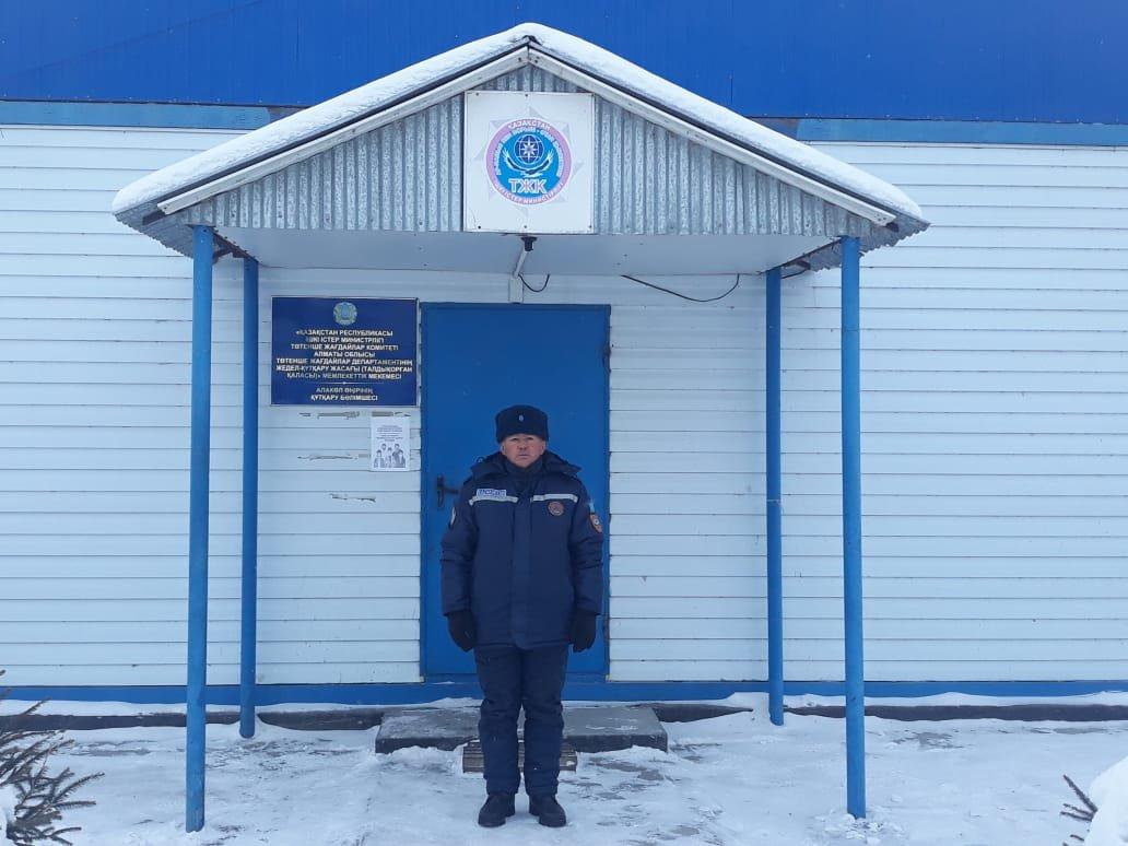 Как работают спасатели на заснеженных дорогах Алматинской области, фото-1