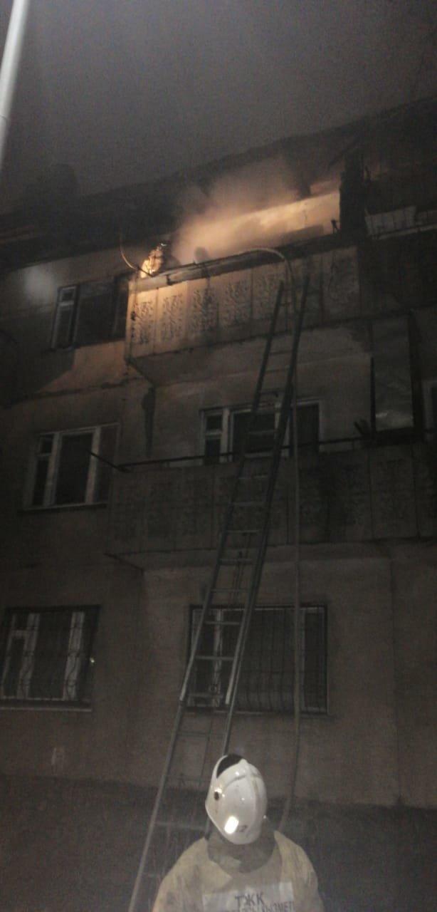 Балкон многоквартирного жилого дома горел в микрорайоне Кокмайса в Алматы, фото-2