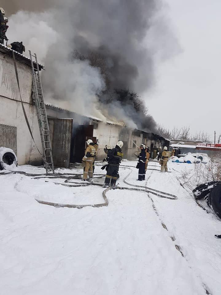 Поданы пожарные стволы, автоцистерны установлены на гидранты