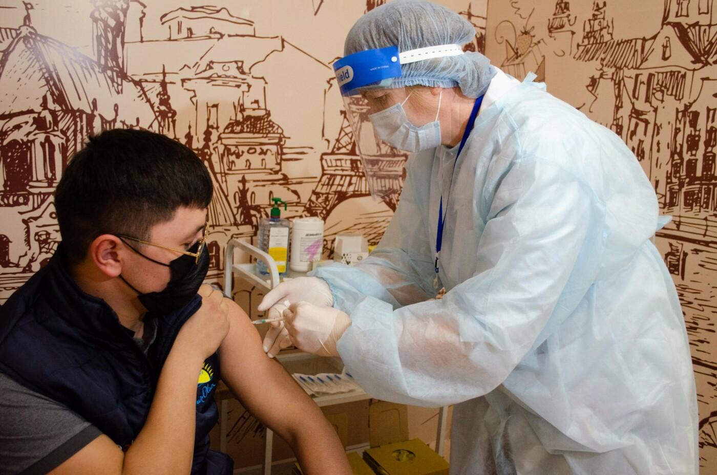 Как в ТРЦ Алматы проходит массовая вакцинация казахстанской вакциной QazVac, фото-11