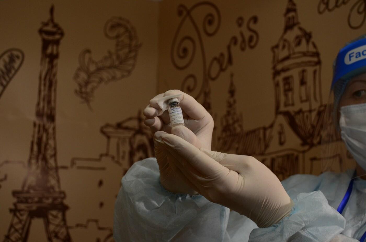 Как в ТРЦ Алматы проходит массовая вакцинация казахстанской вакциной QazVac, фото-12