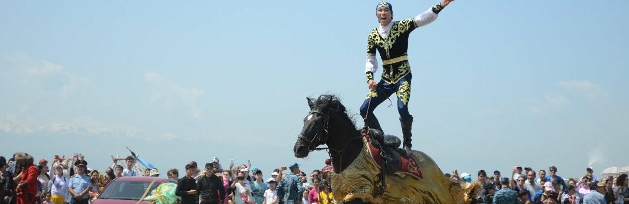 Общественная приемная акима Алматы принимает горожан на улице